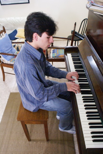 Arthur Massucato, 18 anos, pianista e estudante de direito. Acorda todos os dias entra 6h e 7h30 para estudar piano e as disciplinas acadêmicas