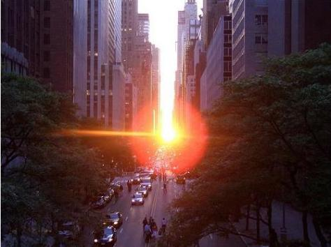 Manhattanhenge visto da Rua 42, na Big Apple. Foto de Harvey Silikovitz