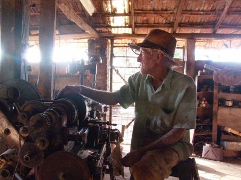 Aristides Lanfredi e seu torno mecânico. Antes dele, muitas máquinas ficaram sem conserto